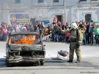 Немного фото с показа пожарной техники - тушат авто