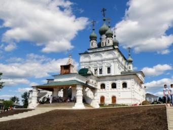 Горделивый Троицкий собор