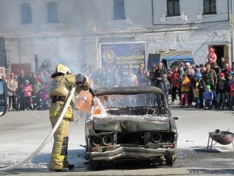 Немного фото с показа пожарной техники - против пены нет приема :)