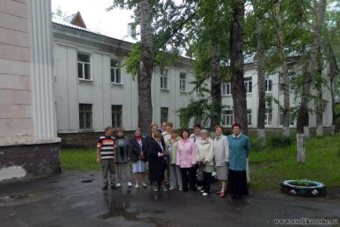 Одноклассники у школы 50 лет спустя11374