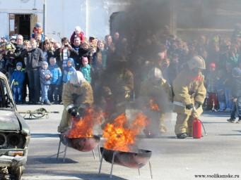 Немного фото с показа пожарной техники - тушат