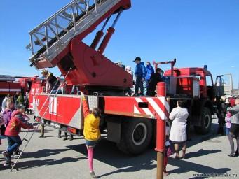 Немного фото с показа пожарной техники - детям понравилось