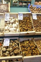 Грибочки на рынке Бокерия