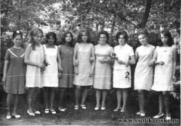"""Выпускники 10 """"А"""" (1968 год) с Г.И. Кичигиной"""