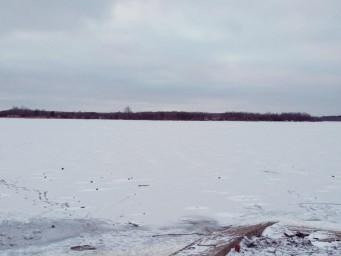Люди уже пробуют ходить по льду