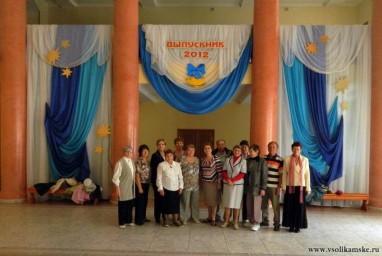 Одноклассники в фойе ДК Бумажников где проходил выпускной бал 50 лет назад