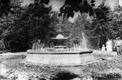Боровск.  Фонтан в парке у ДК Бумажник. 1962 год.jpg