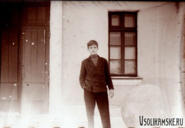 Боровск. У входа в школу №13. Негатив.1962.jpg
